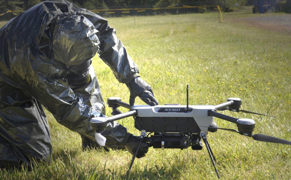 Mini-drone NX160 équipé du détecteur chimique AP4C+ de Proengin